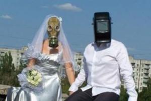 Нет конца и края романтике и фантазии брачующихся: любовь, крыша, противогаз, щиток сварщика…